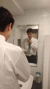 神田キャバクラ【ムーミン(mu-minn)】東京JK制服ラウンジ 木内身だしなみを整える