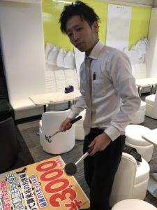 神田キャバクラ【mu-minn】東京JK制服ラウンジ マキタスポスターを貼る