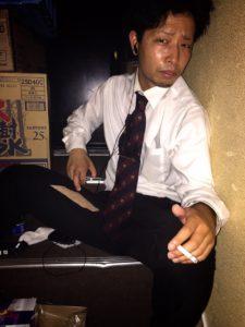 神田キャバクラ【mu-minn】東京JK制服ラウンジ マキタスタバコを吸う