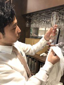 神田キャバクラ【mu-minn】東京JK制服ラウンジ マキタスグラスを拭く